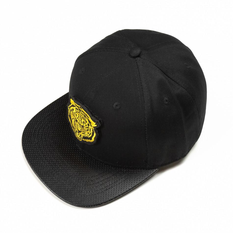 Черна шапка с права козирка и жълта щампа it290818-6