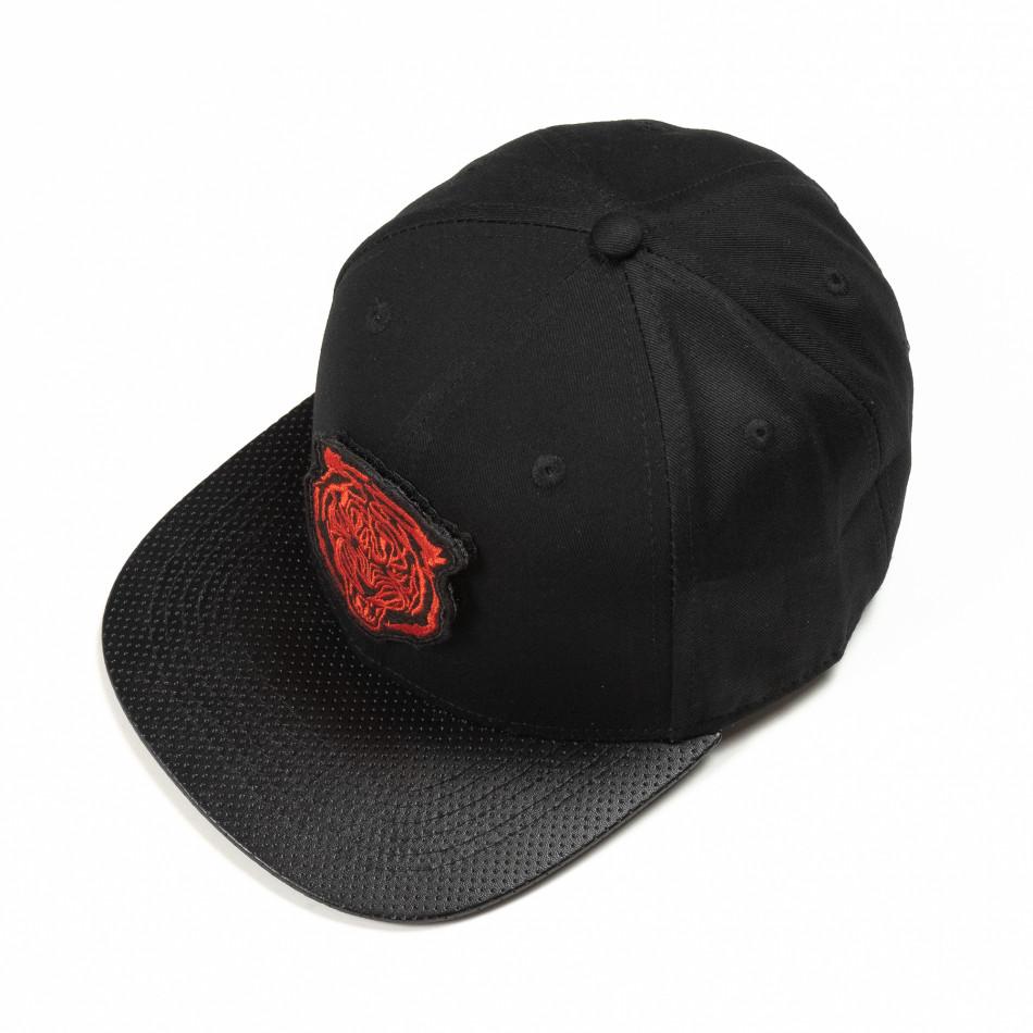 Черна шапка с права козирка и червена щампа it290818-5