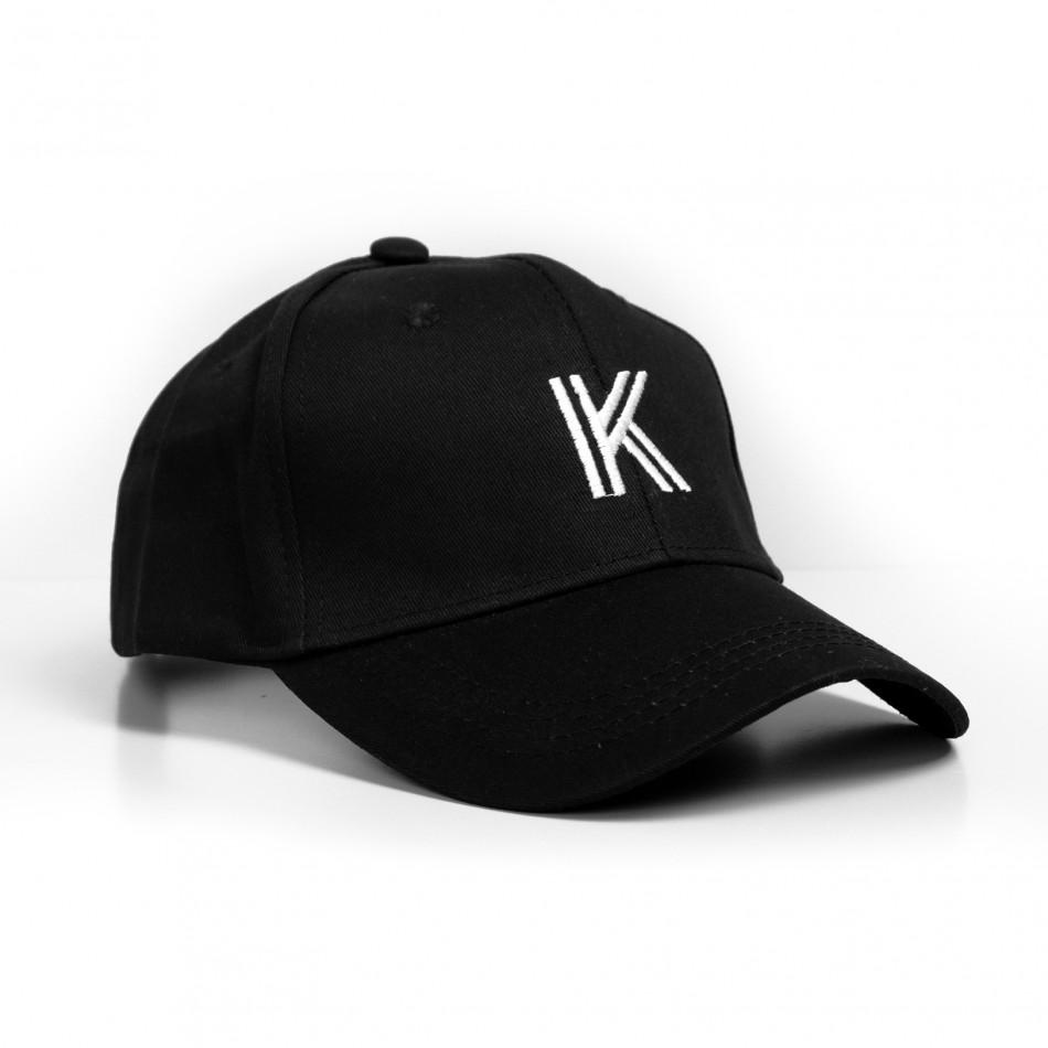 Черна шапка с козирка и бродирана буква gr240221-1