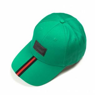 Зелена шапка с червено-черна лента