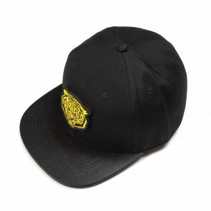 Черна шапка с права козирка и жълта щампа