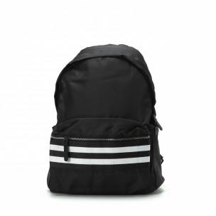 Черна раница с двуцветна лента на джоба