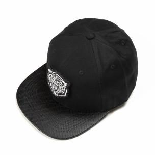 Черна шапка с права козирка и бяла щампа
