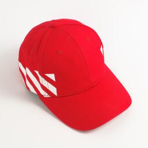 Червена шапка с козирка