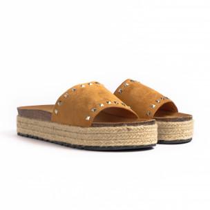 Дамски чехли с капси цвят камел 2