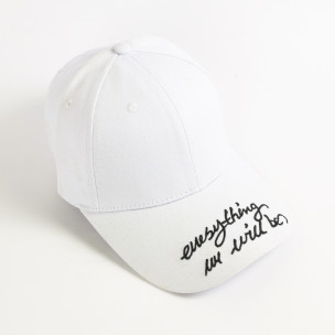 Бяла шапка с козирка