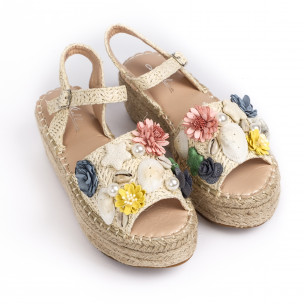 Дамски сандали в бежово с декорация