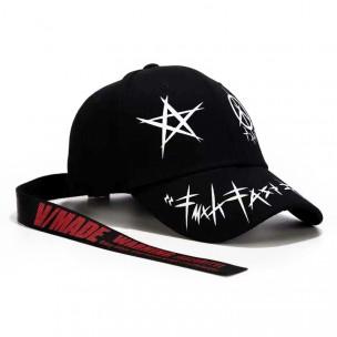 Черна шапка с принт и акцент
