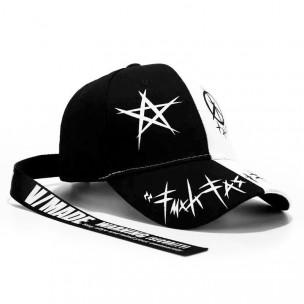 Черно-бяла шапка с принт и акцент