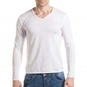 Мъжка бяла блуза с остро деколте
