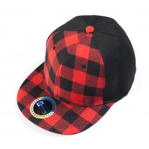Черна шапка с червено-черно каре