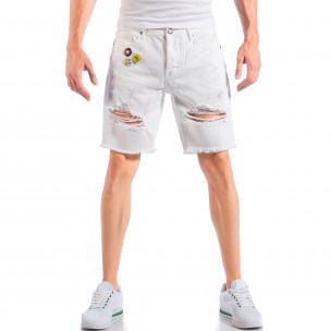 Бели мъжки къси дънки със скъсвания и значки