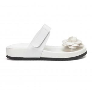 Бели дамски чехли през пръста с цвете