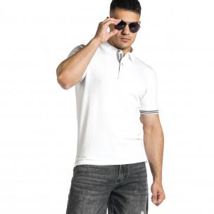 Мъжка бяла тениска с яка и раирано бие