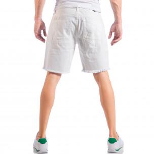 Бели мъжки къси дънки със скъсвания и значки  2