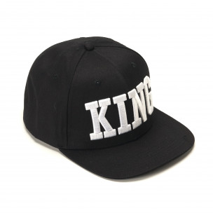 Черна шапка с права козирка и надпис King