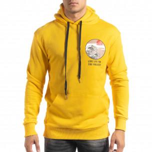 Памучен жълт суичър с принт на гърба