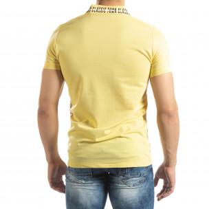 Жълта мъжка тениска с принт на яката  2