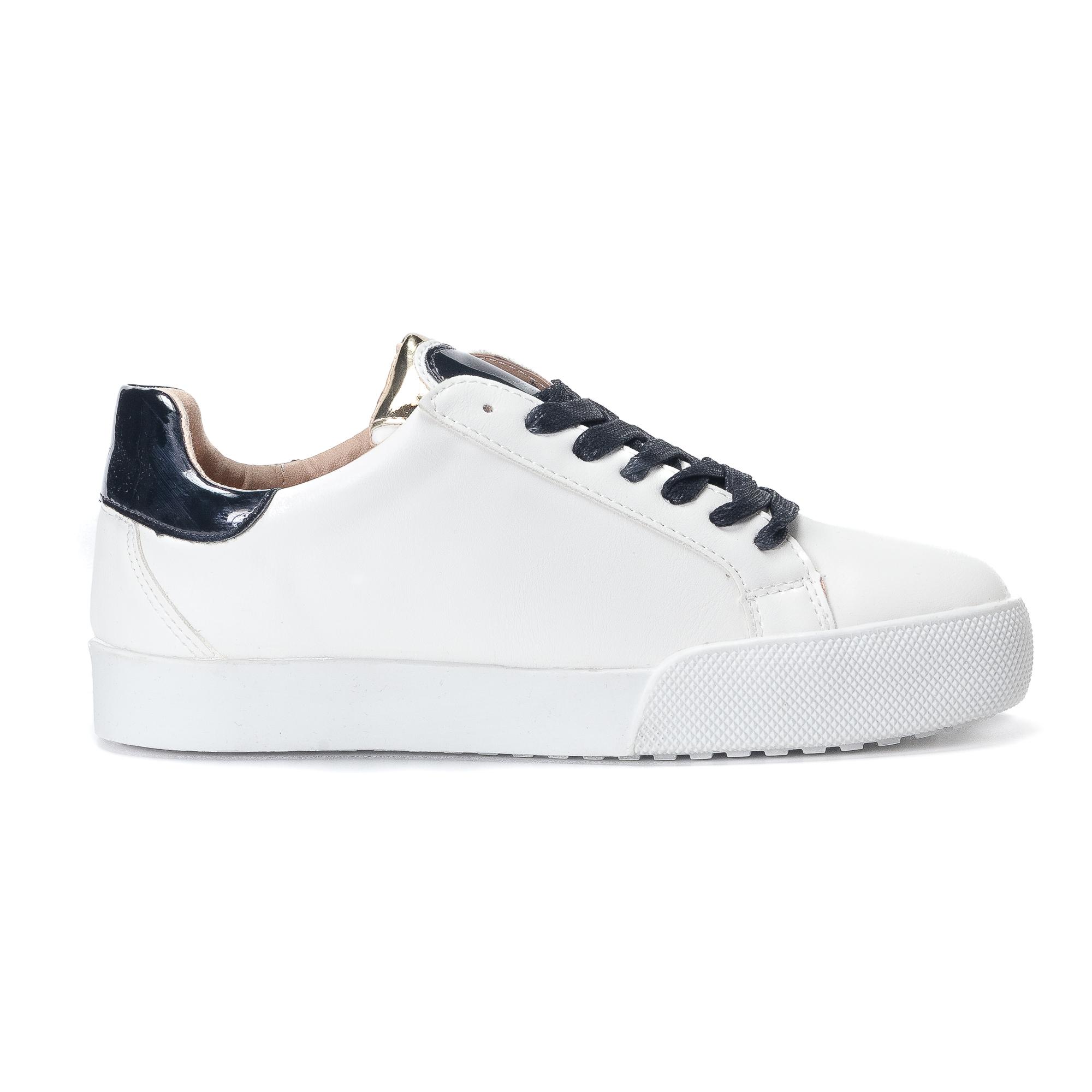 Γυναικεία λευκά sneakers από οικολογικό δέρμα με μαύρες λεπτομέρειες και κορδόνια