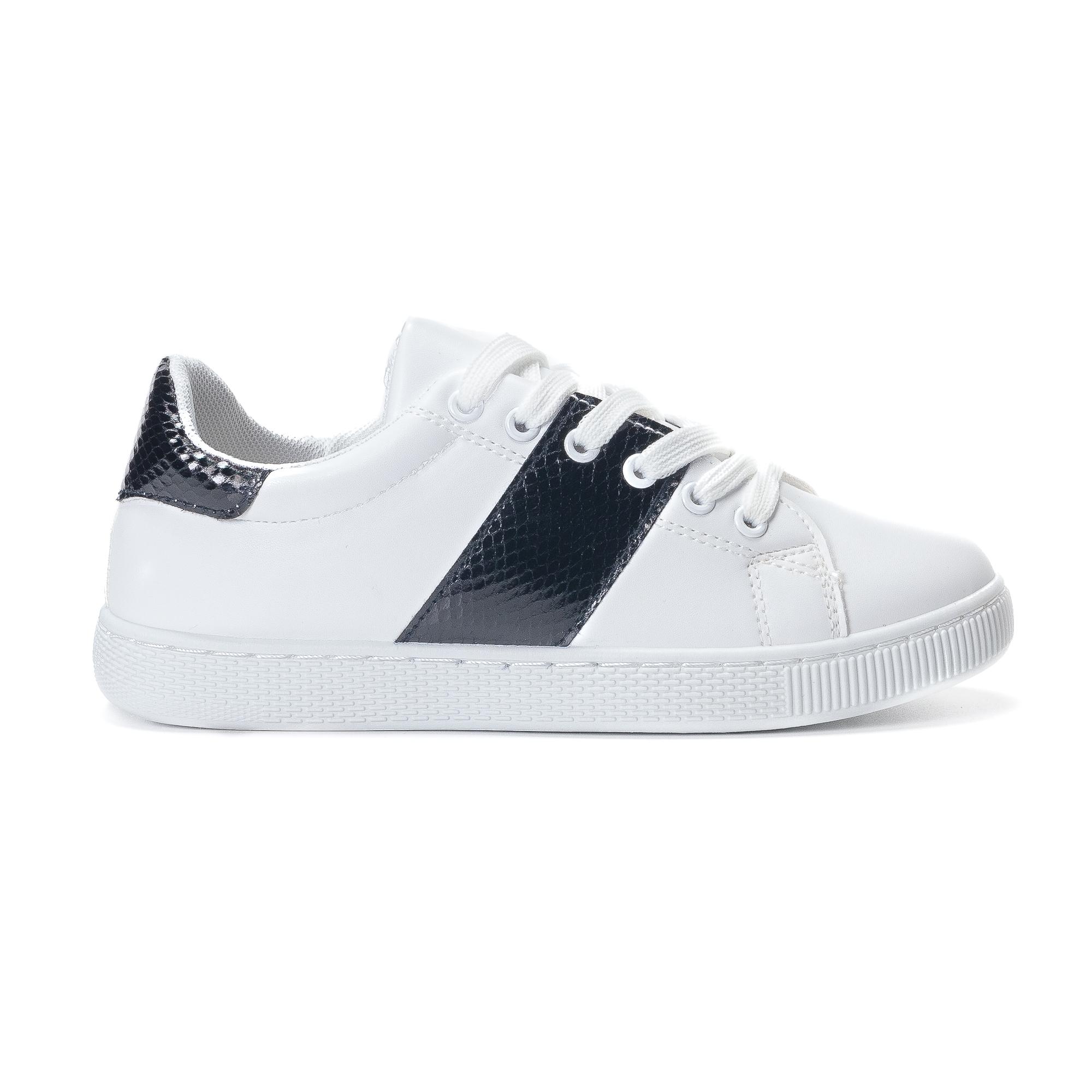Γυναικεία λευκά sneakers από οικολογικό δέρμα με μαύρες λεπτομέρειες