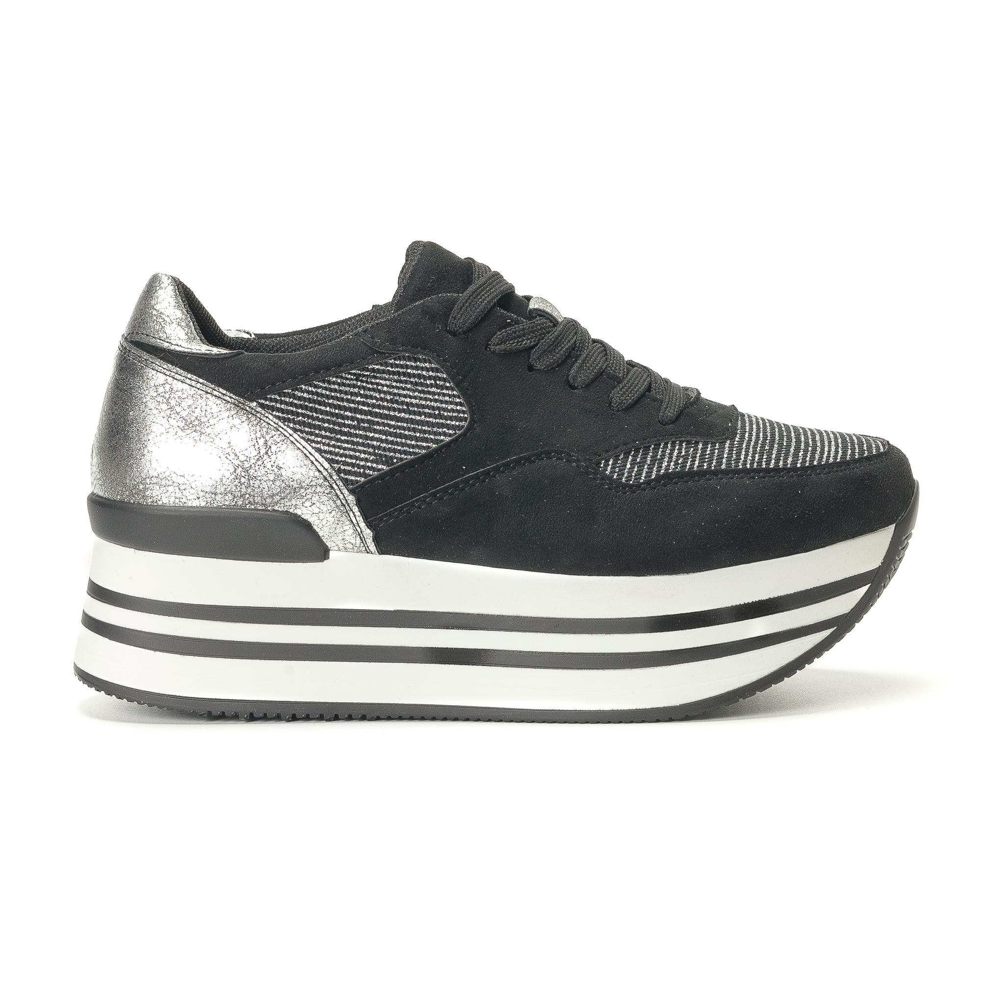 Γυναικεία μαύρα sneakers από οικολογικό σουέτ με ασπρόμαυρη πλατφόρμα