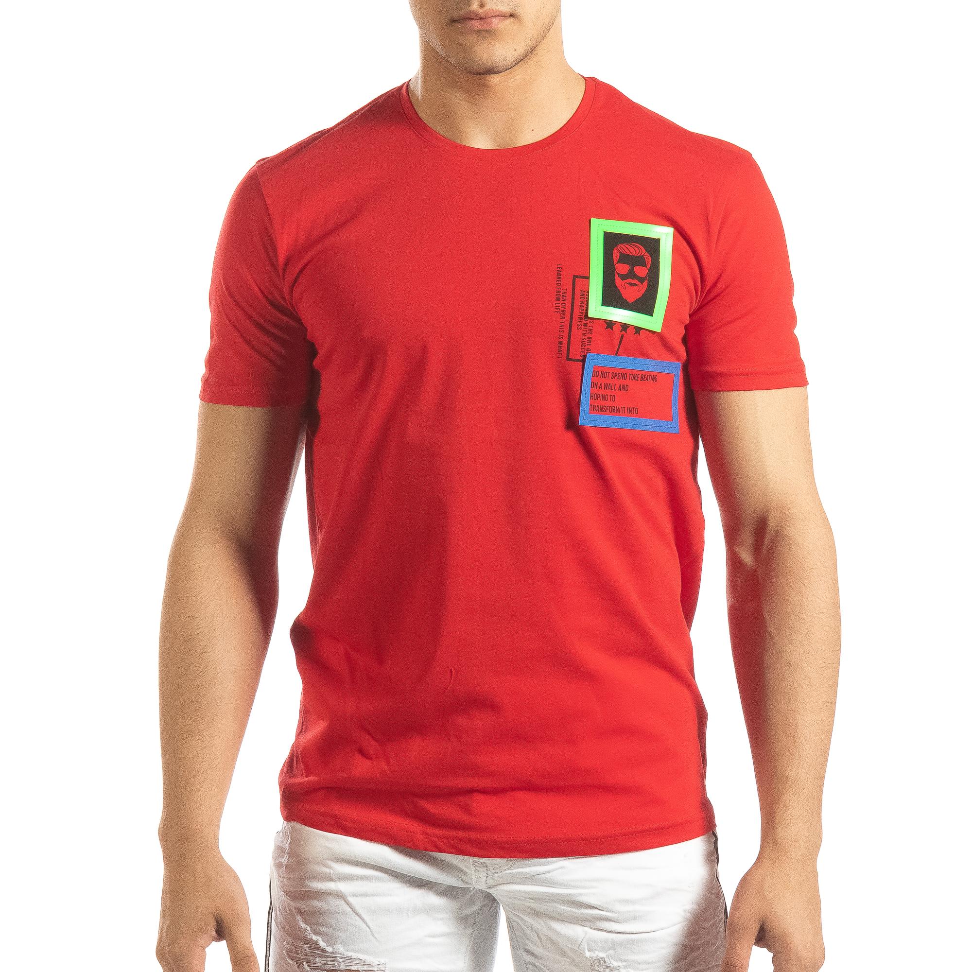 Ανδρική κόκκινη κοντομάνικη μπλούζα με διακοσμητικά απλικέ