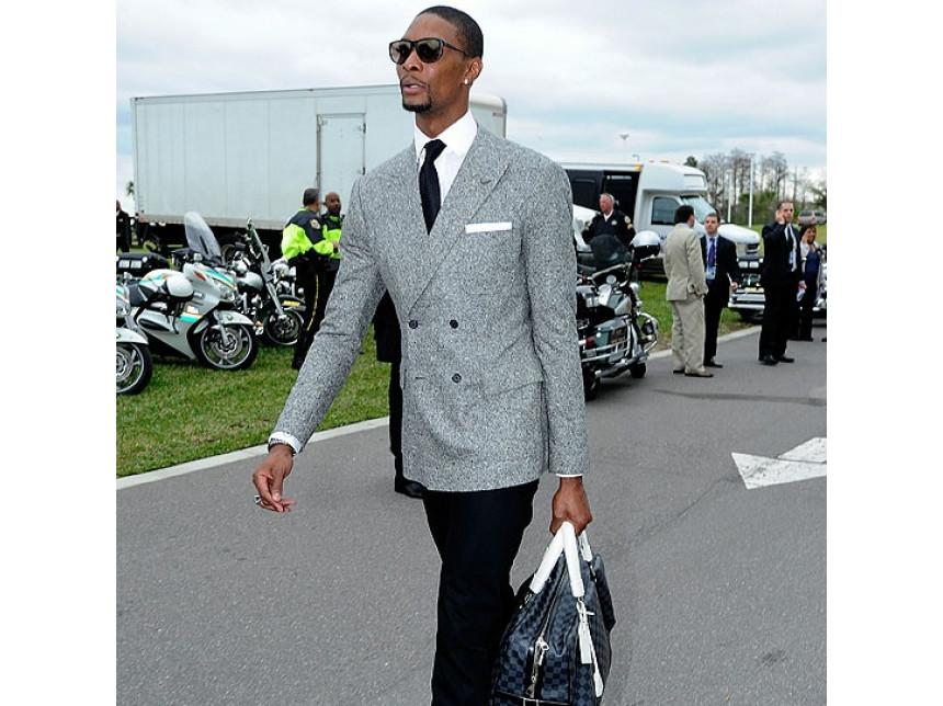Звездата от NBA Крис Бош в супер як аутфит в сиво сако с бяла кърпичка и бяла риза и голяма чанта на Louis Vuitton