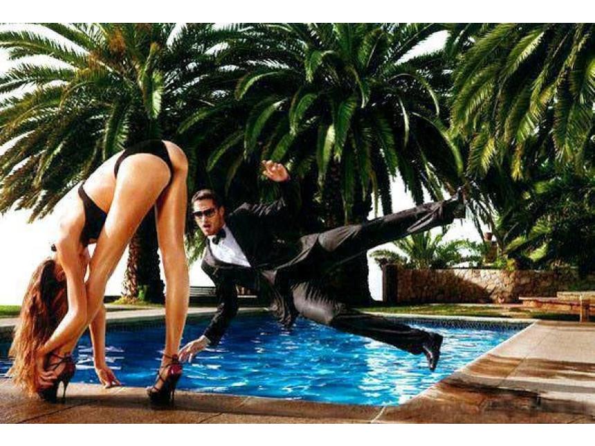 В сезона на сватбите - дори да видите такава мацка до басейна, върнете се при булката. Измамно е!