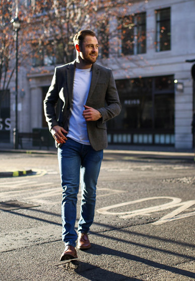 O ținută smart casual care poate fi purtată în orice sezon poate fi compusă